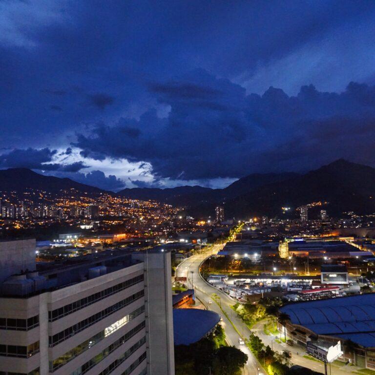 Foto de ciudad latinoamericana representando el desarrollo de emprendedor en America latina