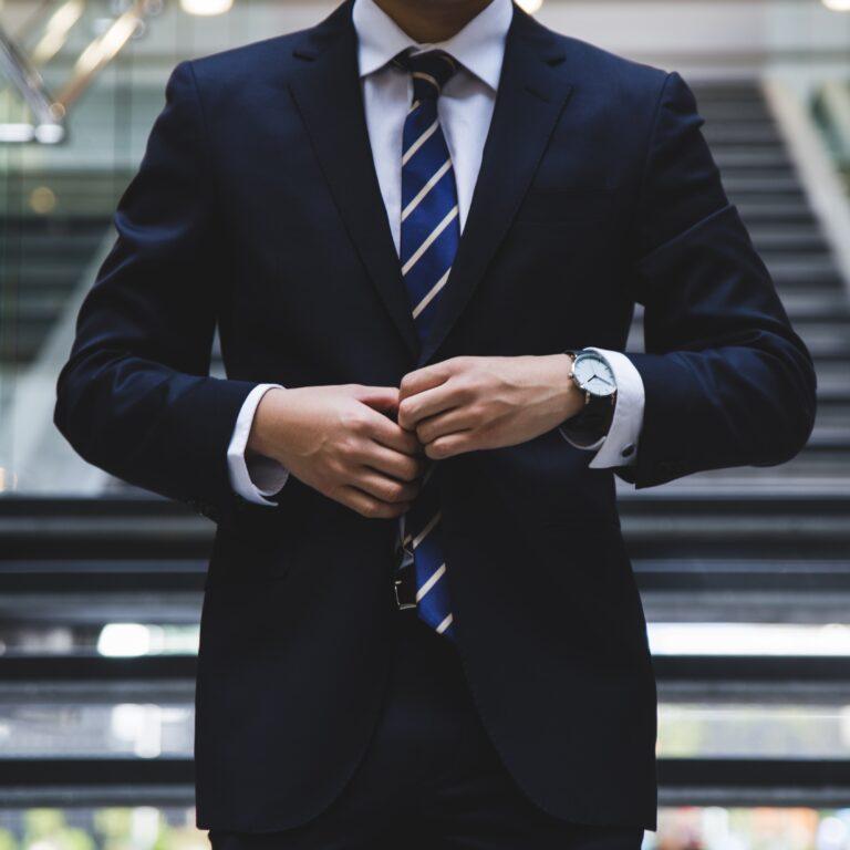 Foto de un hombre en traje representando un emprendedor en Latin America